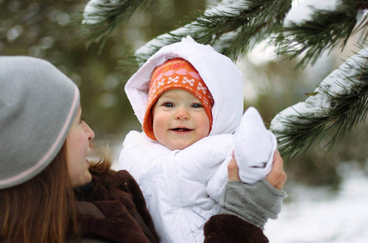 С детьми до года нужно гулять в любой сезон при соблюдении определенных условий