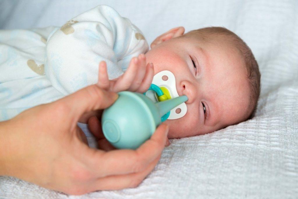 При застое слизи в носу стоит применять резиновую грушу