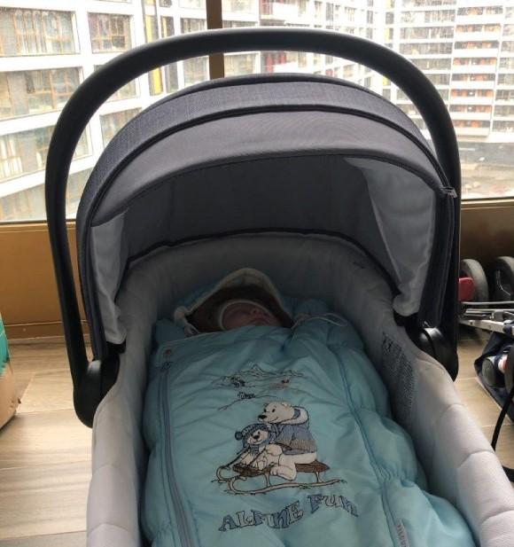 При плохих погодных условиях коляску с младенцем выносят на балкон