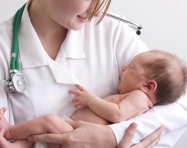При возникновении трудностей с уходом за новорожденным педиатр даст необходимые советы маме