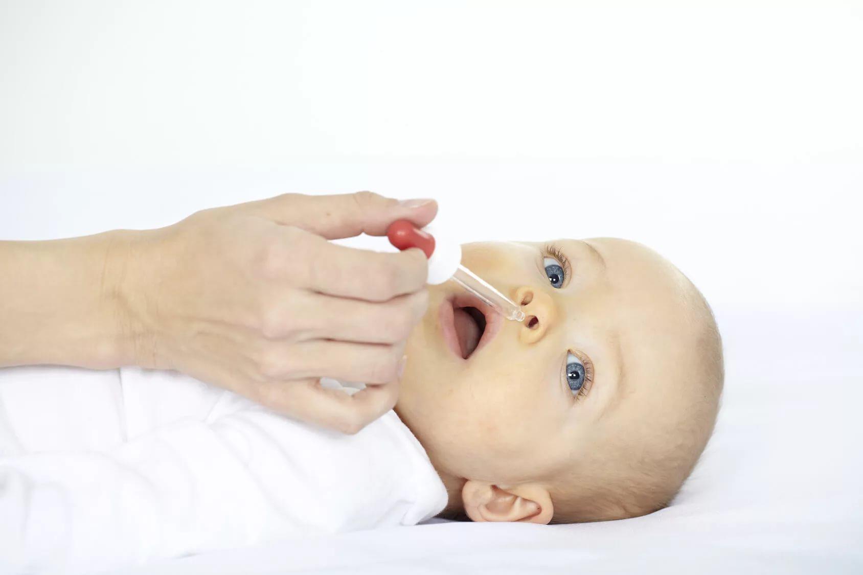 Малышу капают в нос
