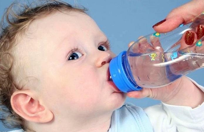 Долгую и частую икоту у младенца можно остановить обильным питьем