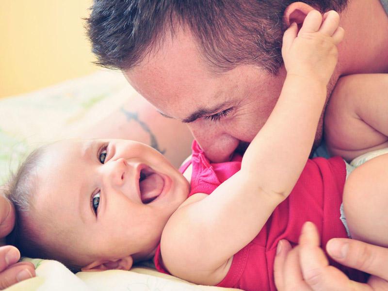 Папа щекочет малыша