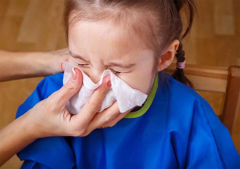 У девочки насморк и простуда