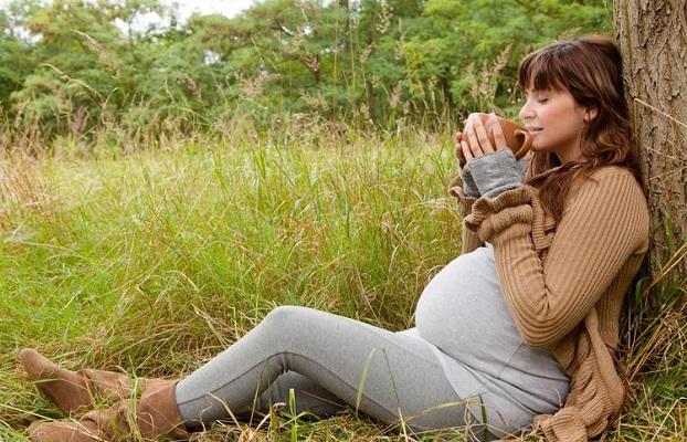 Будущей маме в целях профилактики следует больше гулять и пересмотреть свой рацион питания