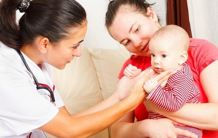 Осмотр педиатра позволит обнаружить симптомы анемии у ребенка и найти способы борьбы с ней