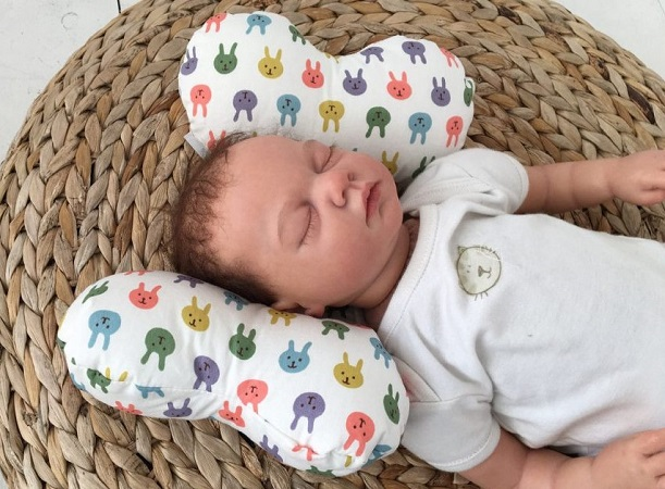 Сформировать ровный череп младенцу поможет ортопедическая подушка