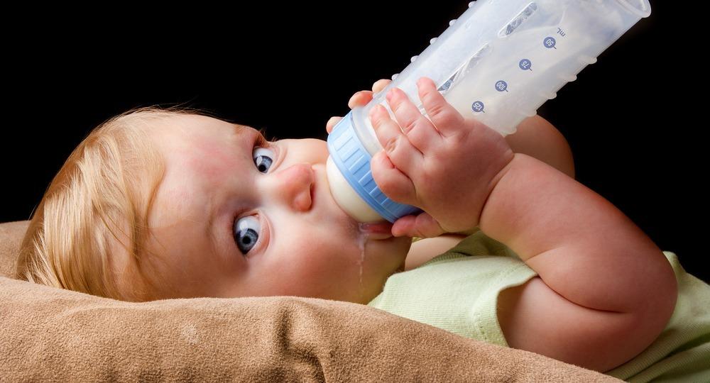 Ребенок и бутылочка