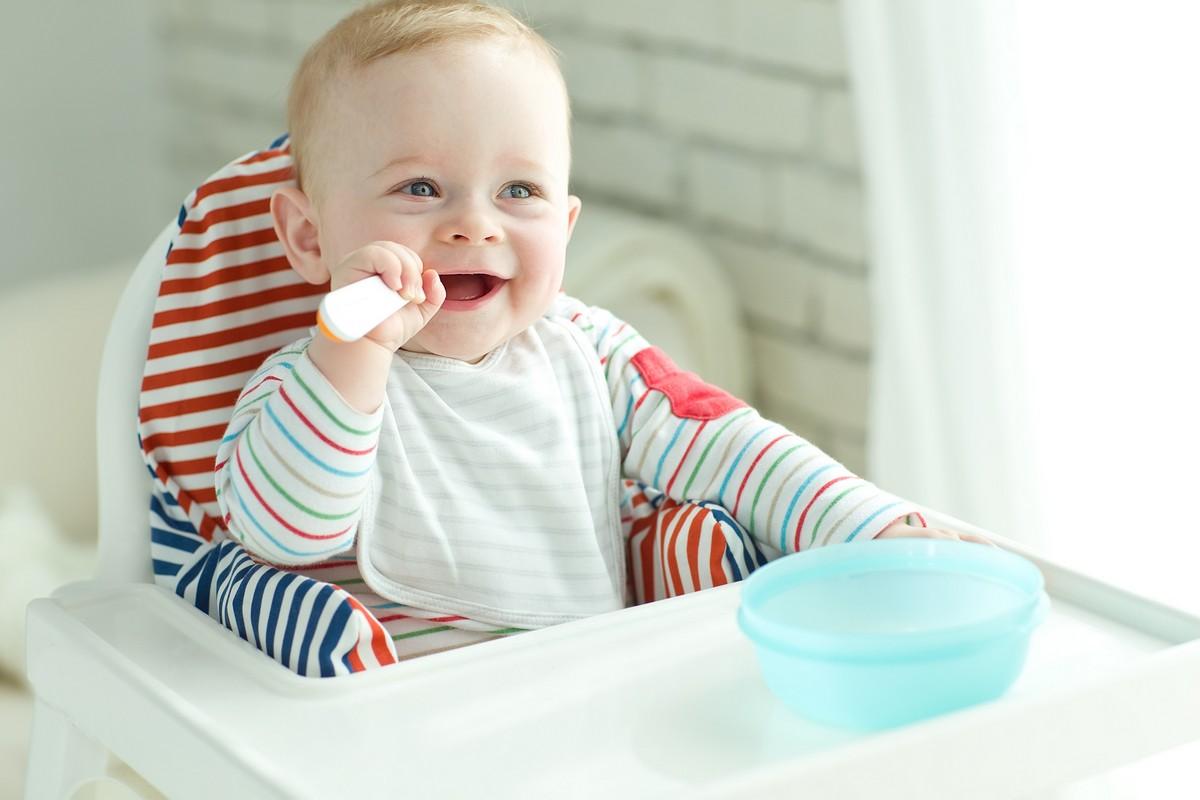 Малыш ест с удовольствием