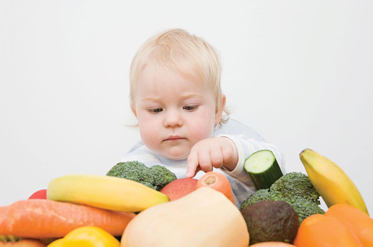 Малыш и фрукты-овощи