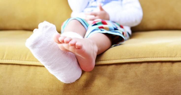 Иногда при падениях малыши получают переломы конечностей