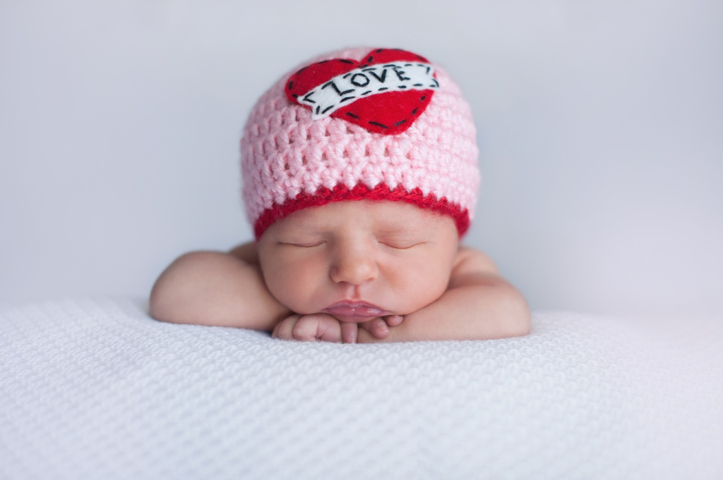 Новорожденный ребенок только привыкает к этому миру