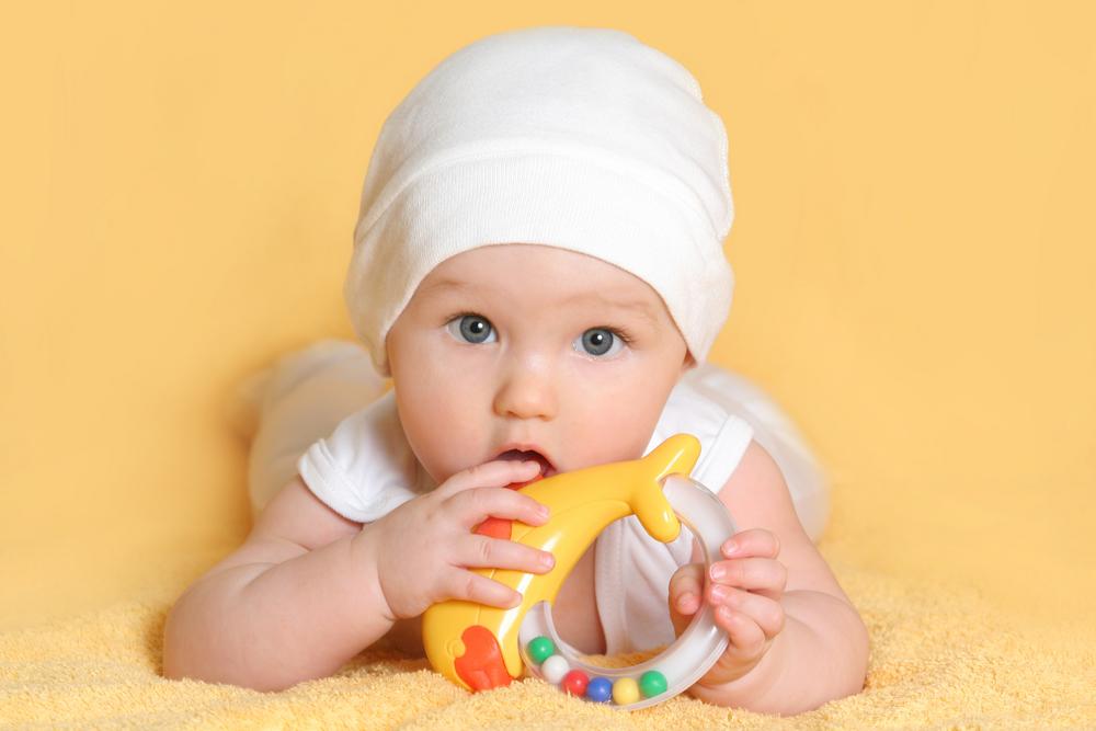Ребенок в 4-5 месяцев любит изучать игрушки