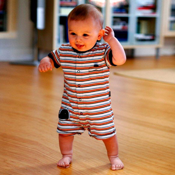 Годовалый малыш начинает ходить
