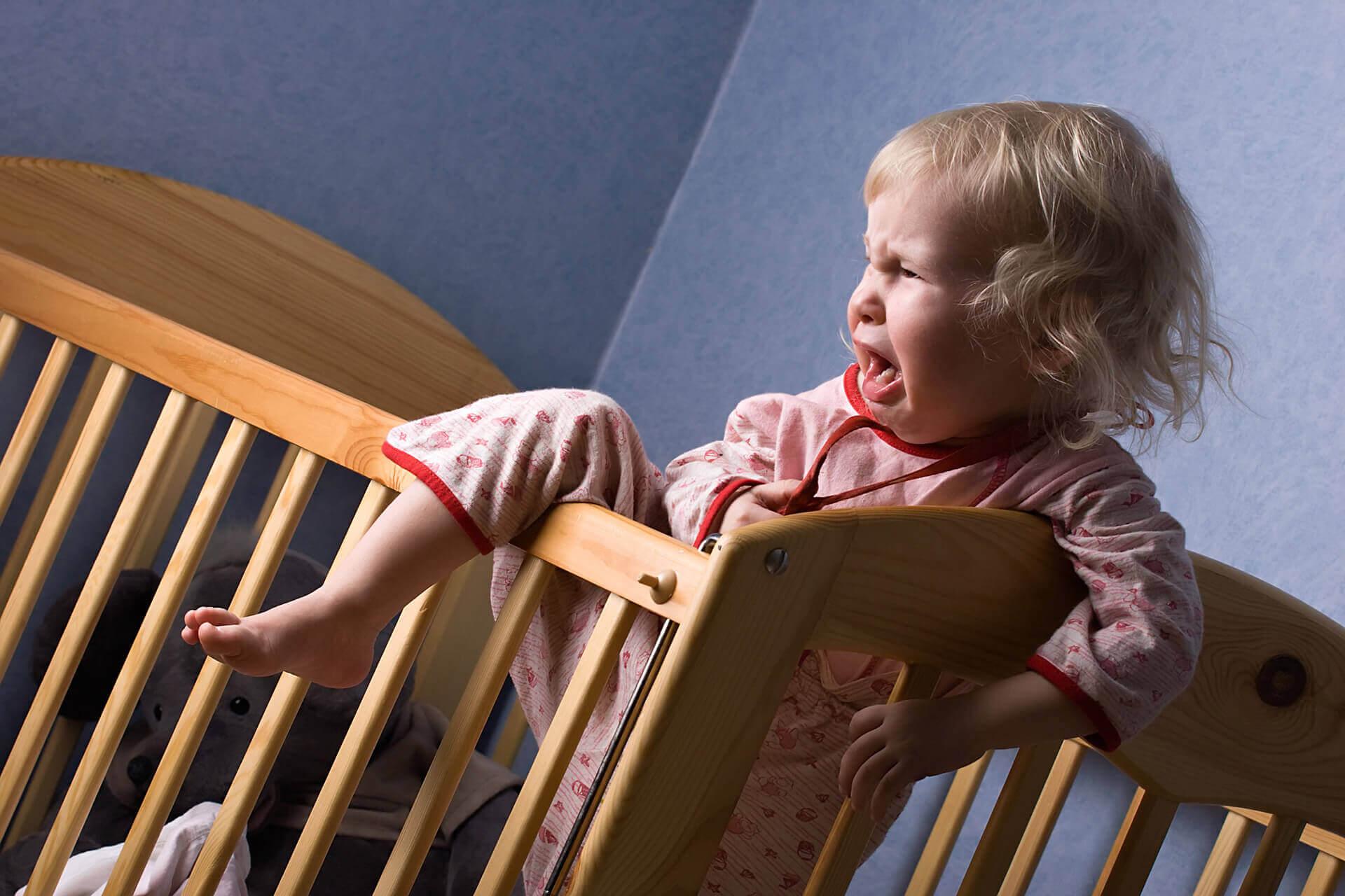 Подросший малыш может выпасть из кроватки