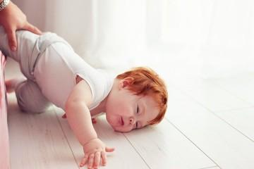 Маленькие дети часто падают с кровати