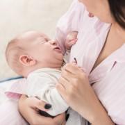 Ребенок беспокойно ест грудное молоко